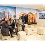 Kurhaus-Chef Markus Ebel-Waldmann und Brigitte Gellner-Tarnow vom Gästeführerverband Wiesbaden begrüßen die ersten Gäste im neuen Informations- und Besucherzentrum