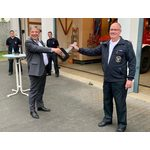 Oberbürgermeister und Feuerwehrdezernent Gert-Uwe Mende (l.) bei der Übergabe der drei MTW