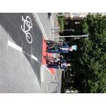Verkehrsdezernent Andreas Kowol und Ortsvorsteherin Mechthild Behr probieren die neue Radverbindung in der Lessingstraße aus