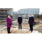 Patrizia Förster und Johannes Eichelberger von der R+V Versicherung machen sich gemeinsam mit Verkehrsdezernent Andreas Kowol vor Ort ein Bild vom Fortschritt der Bauarbeiten