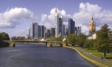 Skyline Frankfurt Rhine River with ship/ Foto: Shutterstock